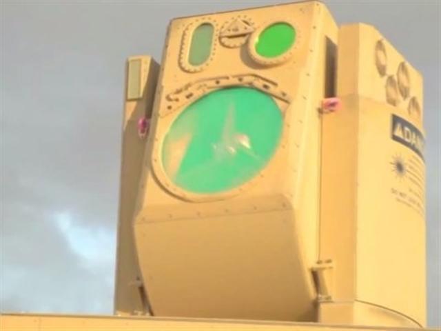美國國防高級研究計劃署與波音公司合作開發的激光武器系統已經試射成功,將開始在船艦及軍用車輛上部署。本圖為可裝配在陸上軍用車輛上的高能激光行動裝置。(Boeing)