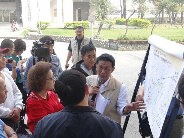 爭取鐵路地下化延伸案,立委許智傑8日偕同鐵工局及當地民眾召開協調會。(許智傑服務處提供)