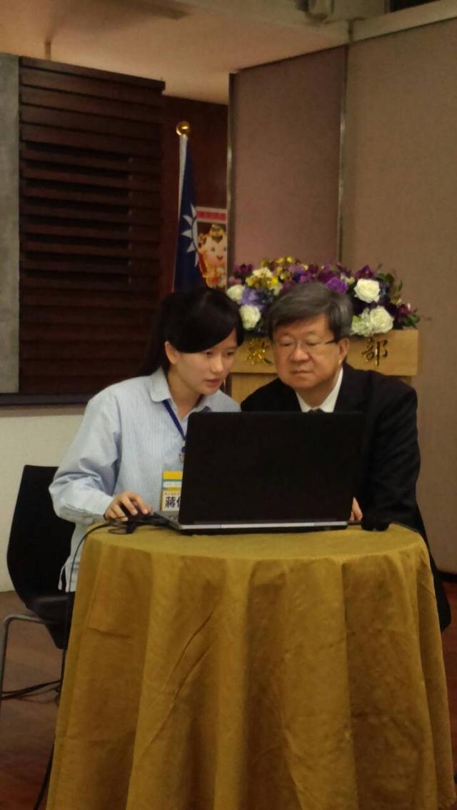 教育部長吳思華操作合作問題解決系統平台。(記者莊麗存/攝影)