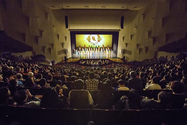 2016年3月31日晚間,來自美國的神韻世界藝術團在台南文化中心舉行台南首場演出,圖為演員謝幕。(蔡宜霖、張原彰/攝影)