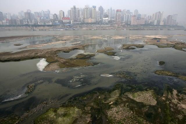 中共水利部的調查顯示,中國主要流域中有八成的地下水水質為「差」或「極差」。圖為跨經重慶市的長江。(Getty Images)