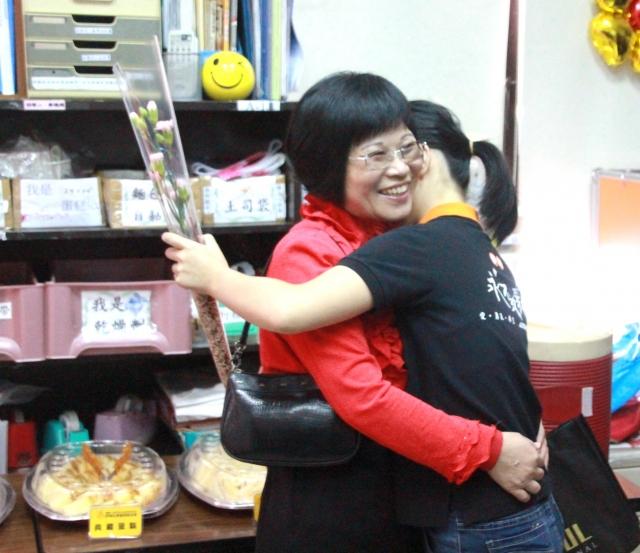 伊甸桃園庇護工場身障員工的母親探班,獻上康乃馨,提前歡度母親節。(記者徐乃義/攝影)