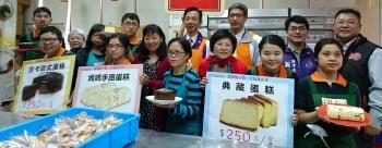 伊甸庇護工場今年推出三款由身障朋友親手烘焙的糕點義賣。(記者徐乃義/攝影)