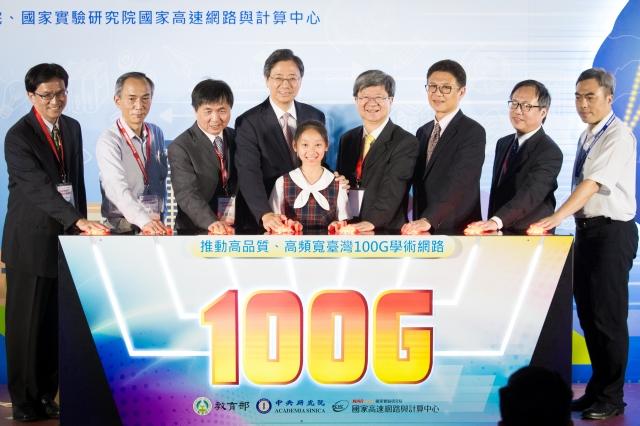 教育部、科技部26日宣布「學術網路100G試營運啟動」,行政院長張善政(左4)親自出席。(記者陳柏州/攝影)