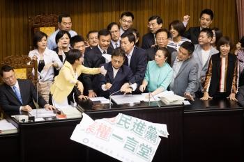 立院決議 暫緩12年國教課綱