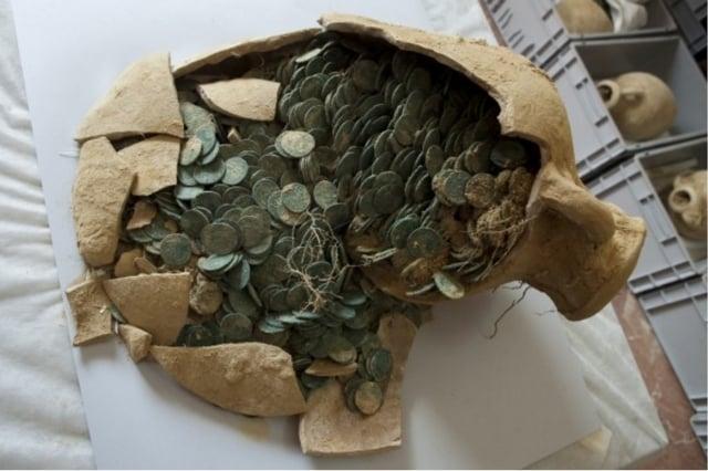 西班牙建築工人日前在該國南部進行例行檢修地下管道時,發現重達600公斤的公元4世紀古羅馬錢幣。(AFP)