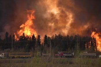 加國野火延燒  萬人撤離規模史上最大