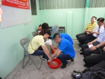 感恩母親 基隆藥癮復建學員幫媽媽洗腳