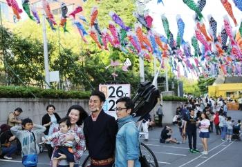 日本迎接兒童節 東京鐵塔鯉魚飄揚