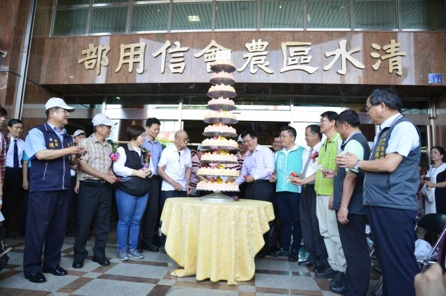台中市長林佳龍(中右)與來賓祝福清水區農會百歲生日快樂。(記者鄧玫玲/攝影)