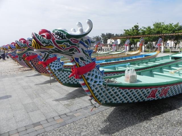 嘉義縣第33屆東石龍舟賽將於6月9日登場,10艘龍舟在東石漁人碼頭一字排開。(記者蔡上海/攝影)