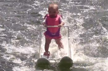 她只有6個月大,但滑水技巧超過你我,原因是⋯⋯