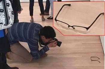 【影片】惡搞美術館 男孩擺副眼鏡弄暈一群藝術客