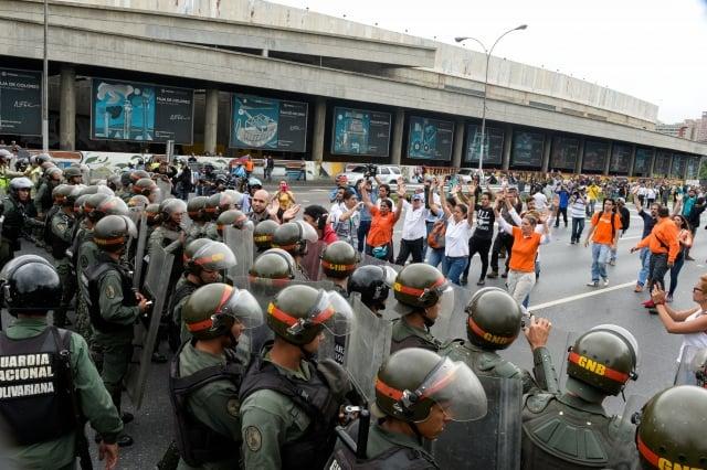 5月11日,委內瑞拉加拉加斯,反對總統馬杜洛的群眾與防暴警察對峙,要求就罷免馬杜洛進行公投。(AFP)