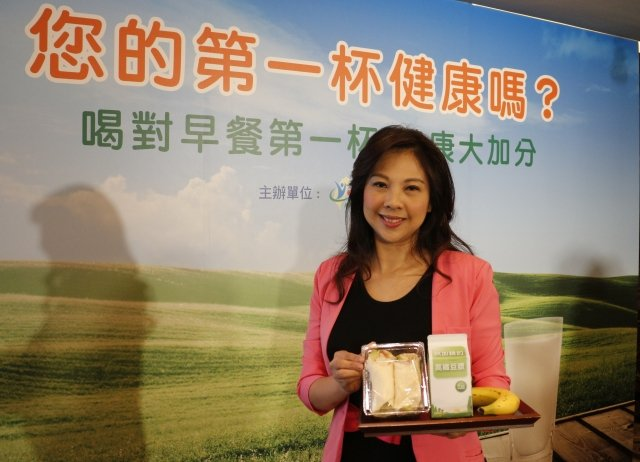 營養師李婉萍建議,早餐飲品選擇優質鮮乳、豆漿、優酪乳,輪流搭配不同的主餐或蔬果。(記者施芝吟/攝影)