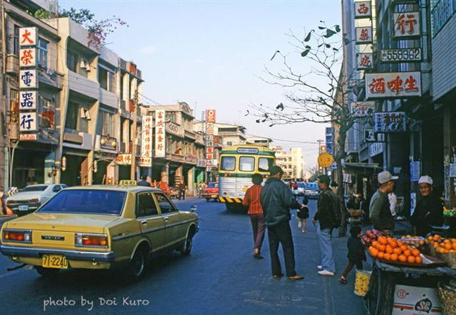 1979年高雄鹽埕區街道。(Doi Kuro提供)
