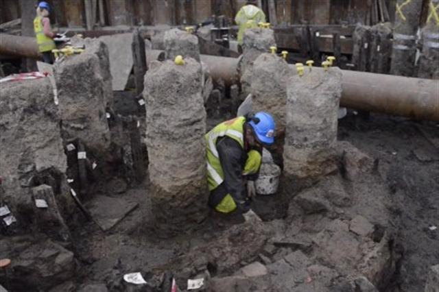 考古學家在挖掘地點工作 (MOLA視頻截圖)