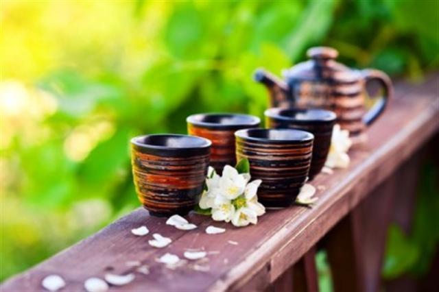 適量喝茶有助放鬆心情。而菊花茶、薰衣草茶、洋甘菊、玫瑰茶等香草茶,具有降溫作用。(Fotolia)