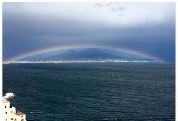 彩虹橫跨義大利火山上 美極了