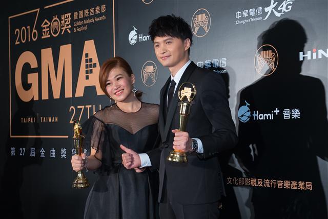 第27屆流行音樂金曲獎25日在台北小巨蛋舉行頒獎典禮 ,最佳台語男女歌手由陳建瑋、黃妃獲得。(王仁駿/大紀元)