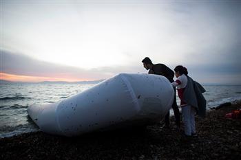 志願者在希臘救橡皮船難民 竟救了家人