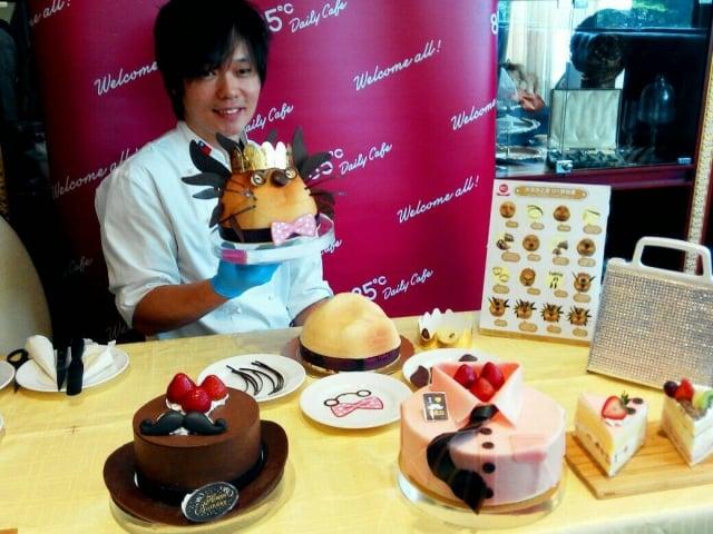 85度C在傳統蛋糕系列中加進些巧思,附件「耳朵鬍鬚、眼鏡」都自己DIY的獅子王蛋糕,增添過節樂趣。(記者黃玉燕/攝影)