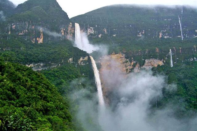 6月29日,28歲的韓國遊客金鄭淵秘魯東北部亞馬孫叢林一處落差高達771米的 戈克塔瀑布(Gocta waterfall)自拍時不慎滑倒,從大約500米處的位置跌落,墜入湖面下7米深,不幸身亡。(Wiki commons)