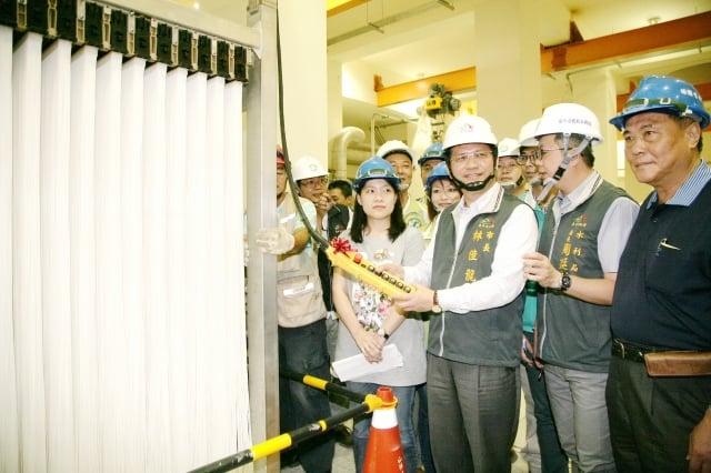 台中市長林佳龍(右3)至水湳經貿園區視察水資源回收中心新建工程。(台中市政府提供)