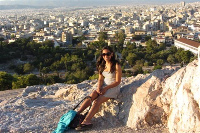 達科(Anita Dhake)原是芝加哥一名律師,在33歲那年她辭去年薪33萬美元的律師工作,開始周遊世界,目前已經遊歷過49個國家。圖為她在希臘。(Anita Dhake提供)