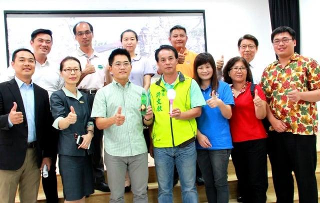台東縣政府13日舉行尼伯特颱風災後復原重建說明會,感謝社會各界,同時宣告台東站起來了。(記者龍芳/攝影)