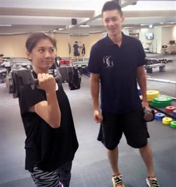 賈靜雯聘請專業人士教練練臂力。(賈靜雯臉書)