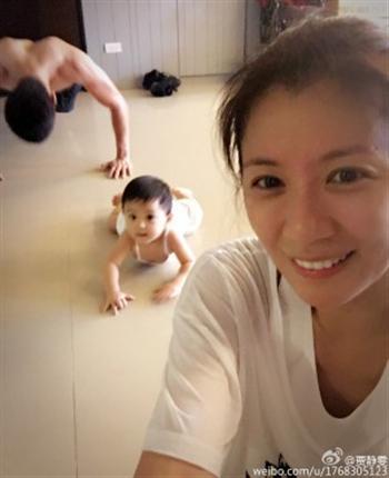 賈靜雯聘請專業人士教練撐體運動。(賈靜雯臉書)
