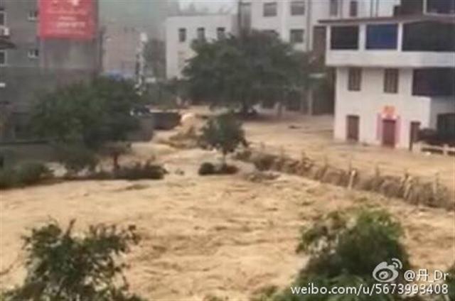 7月9日,超強台風「尼伯特」登陸福建,閩清縣阪東鎮受災最為嚴重。(網絡圖片)