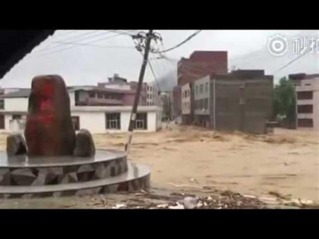 福建閩清縣阪東鎮特大暴雨(2016年7月9日) 災情特別嚴重,居民傷亡慘重。(視頻截圖)