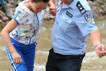 大陸警察災區「救人」報導造假 目擊者揭真相