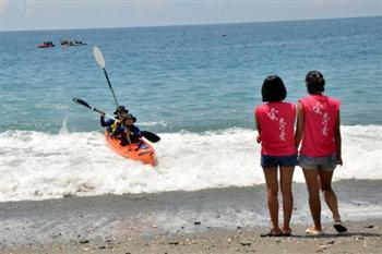 台灣8名小孩挑戰1個月獨木舟環島成功
