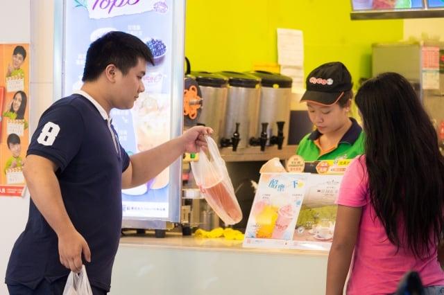 環保署從2002年起推動限塑政策,管制對象塑膠袋使用量已由每年34.35億個減至14.3億個。(記者陳柏州/攝影)