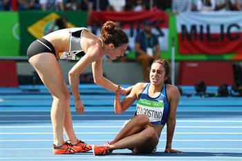 奧運感人的一刻!被絆倒卻先扶對手 女跑將獲准晉決賽