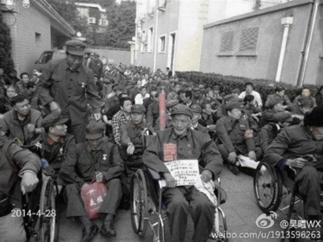 2014年4月28日,數千名全國各地曾參加中越戰爭的老兵聚集北京中央軍委,要求提高他們的待遇。(網絡圖片)