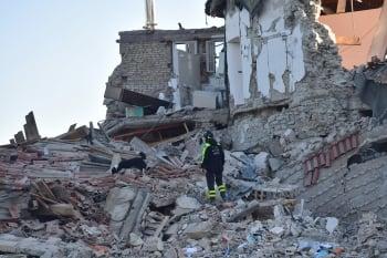 度假小鎮變廢墟 義強震死亡人數攀升