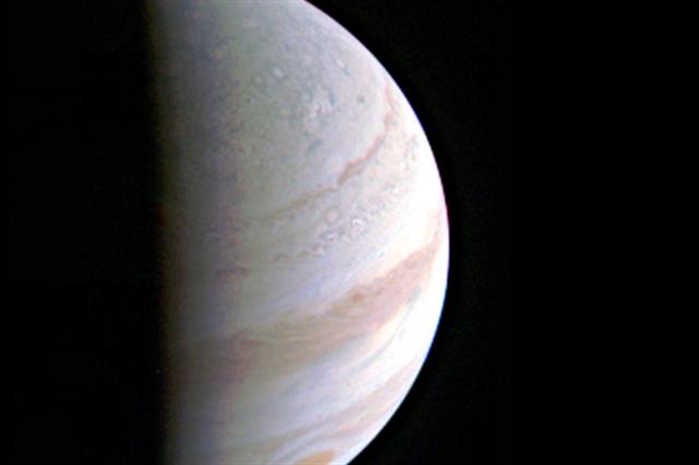 NASA在週六發布首張木星北極的照片,朱諾是在距離木星7030公里処拍攝。(NASA)