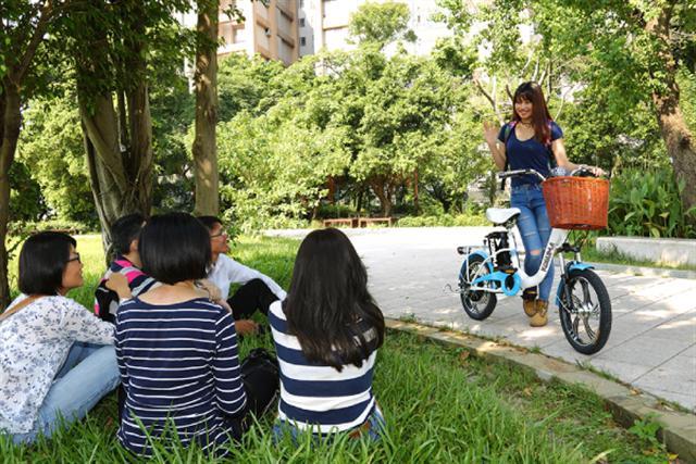 一到假日就會看到外勞聚集在一起聊天舒緩鄉愁。若能一起騎電動自行車逛逛,了解當地的文化,更能融入當地生活。(攝影/莊孟翰)