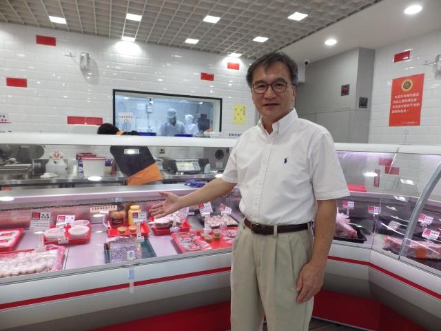 陳永雄開設的實體店採半開放式的設計,從肉品分切、加工、包裝、販售,讓安全衛生全都看得見。
