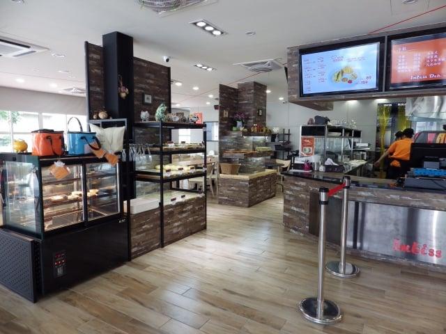 一家結合生熟肉品、麵包、輕食的簡餐咖啡店,提供消費者「從牧場到餐桌」的安心美味。