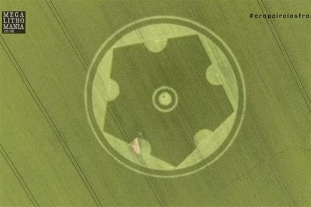 6月29日,威爾特郡的斯托頓(Stourton)五邊形麥田圈。(影片截圖)