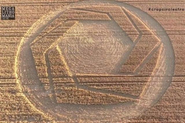 8月4日,威爾特郡 Cheesefoot Head地區出現的麥田圈。(影片截圖)