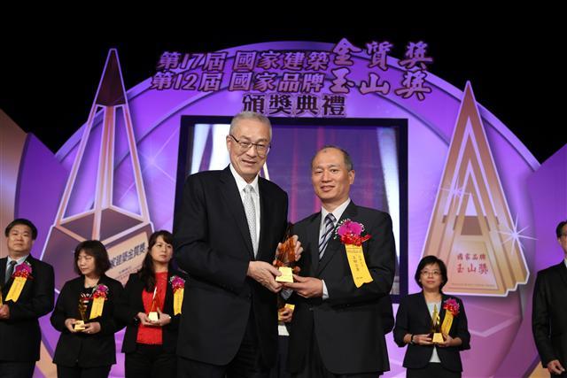 五聯榮獲2015年國家品牌玉山獎,(圖左)副總統吳敦義、(圖右)五聯總經理張書窗。(五聯企業提供)