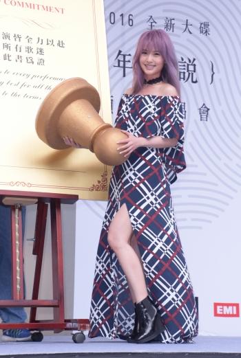 楊丞琳發片氣勢如虹 青峰出借獎座祝好運