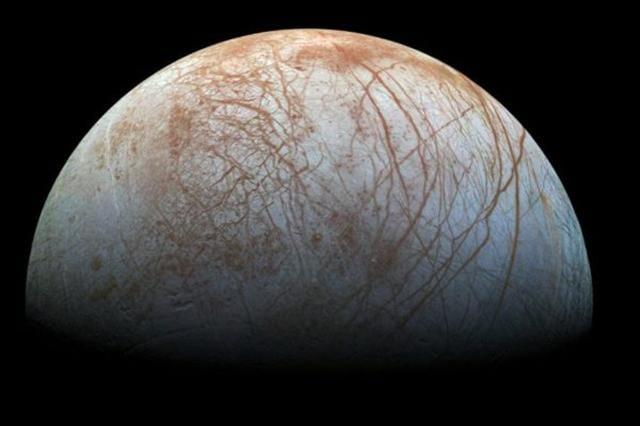 9月26日下午2點,NASA發布哈勃望遠鏡對木衛二連續15個月的觀測結果顯示,科學家們對木衛二存在海洋的事實有了更多的證據。(NASA)