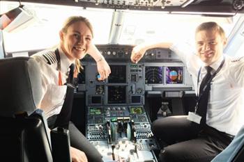 英26歲女子成全球最年輕機長 13歲開飛機